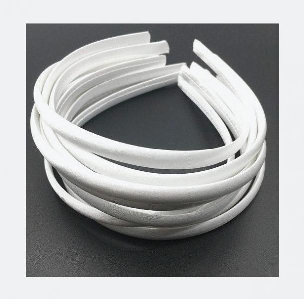 Обруч  детский ,  пластиковый ,  обтянутый   полностью   Белой   атласной  тканью .  Ширина  10 мм.