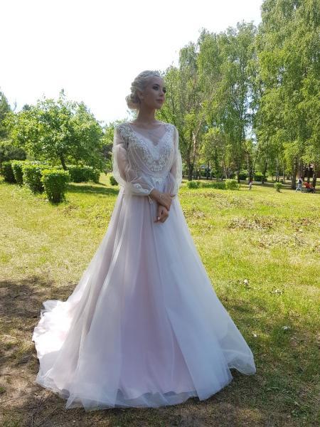 Легкое непышное свадебное платье со шлейфом Жемчуг