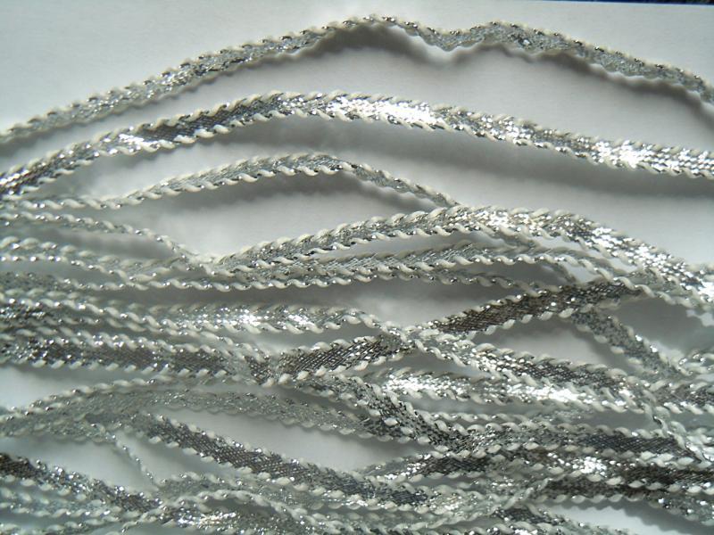 Фото Кружево ,тесьма ,сетка,резинка, Тесьма зиг-заг, двойной крючок,шанель Тесьма  6,5 мм. Серебряная  с  белыми  кантиками .