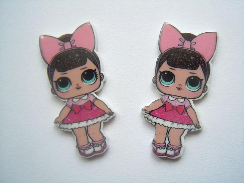 Фото Серединки ,кабашоны, Кабашоны детские мультики Пластиковая серединка  18 * 38 мм.  ЛОЛ .    в  малиновом  платье  с  розовым  бантом   на  голове.