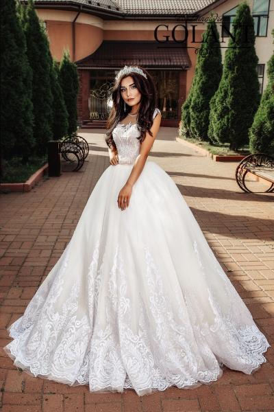 пышное свадебное платье со шлейфом и кружевом Мона