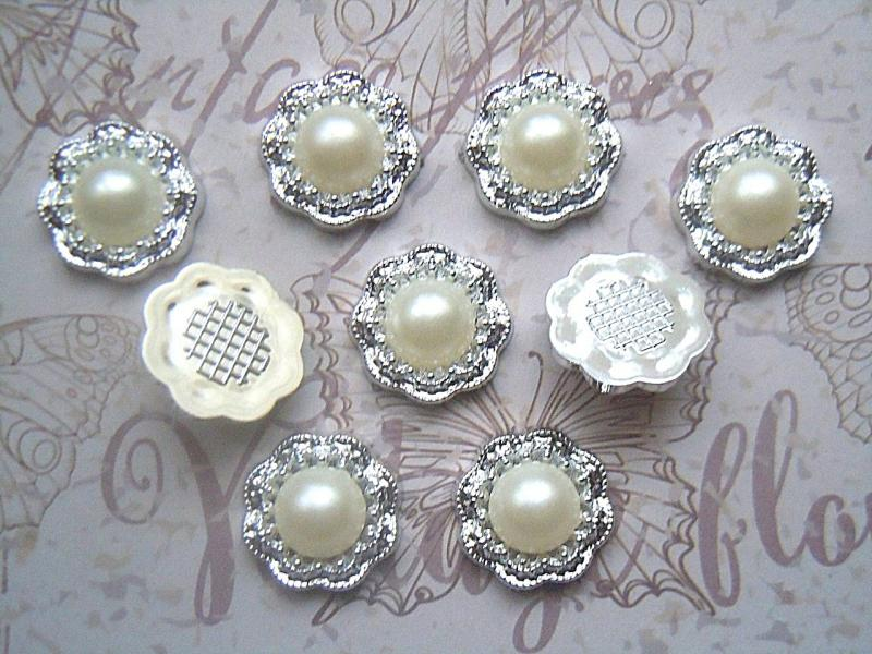 Фото Новинки Кабашон  18 мм.  Пластиковый,  Серебряного  цвета  с  жемчужной  полубусинкой.