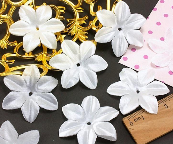 Фото Вязаный ,тканевый  декор . помпоны Цветок  6 листиков  атласный  с  блеском   Белый   48 мм.