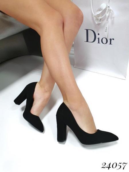 Туфли женские с острым носком.