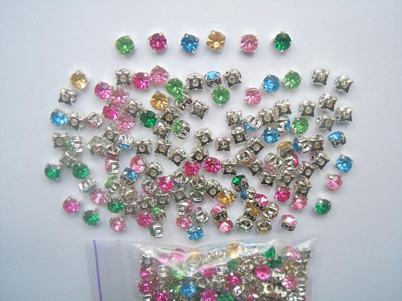 Фото Новинки Стразы  5 мм.   в  смешении  6  цветов ,  в    серебряной  пришивной   металической    оправе .   Упаковка  125 шт.  ( 10 грам. )