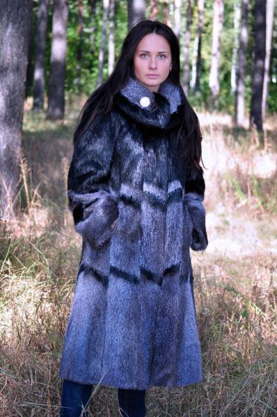 Комбинированное пальто свингер из нутрии неон и черный