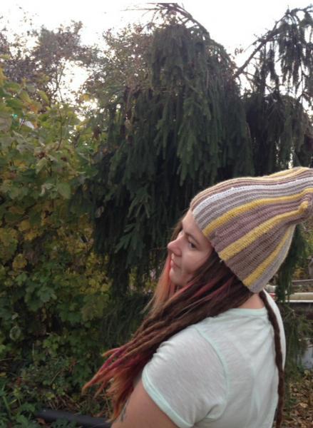 Бежевая полосатая шапка
