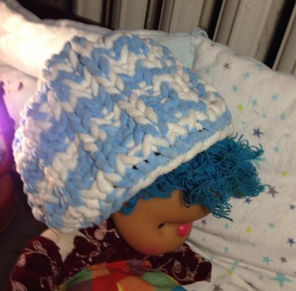 Детская бело-голубая шапка