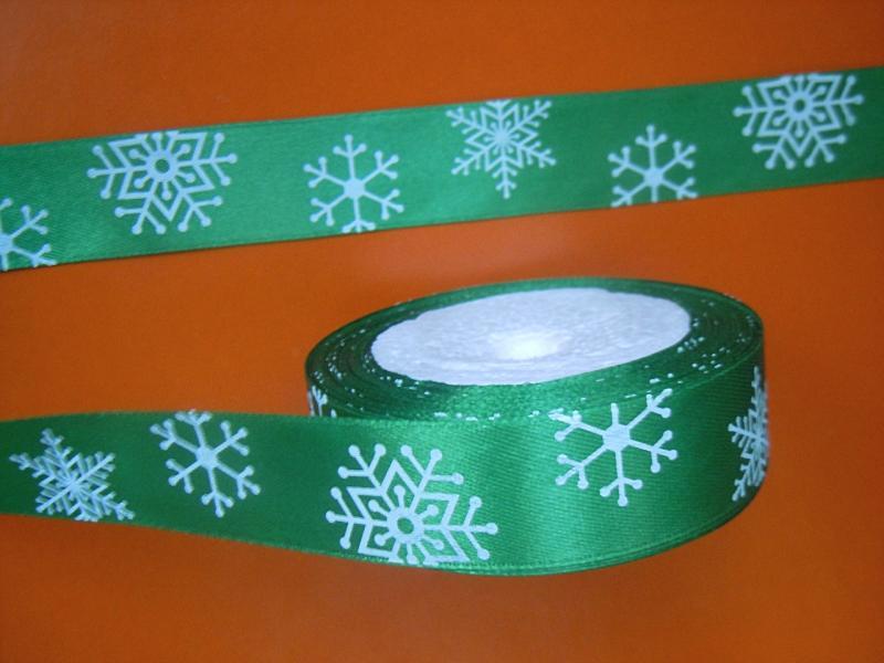 Фото Новинки Лента  атласная  2,5 см.  Зелёного  цвета  в  белых   снежинках .