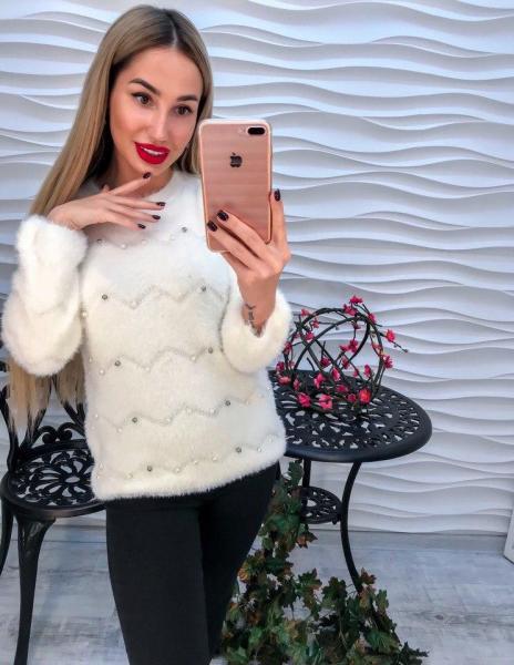 Белый теплый свитер с ангоркой