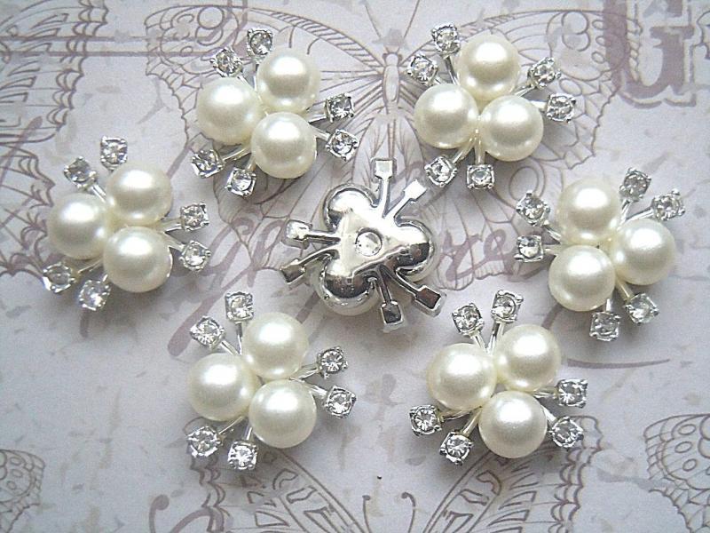Фото Новинки Серединка  21 мм.   Пластиковая  основа  под  Серебро с  белыми  стразиками  и  жемчужными  бусинками.