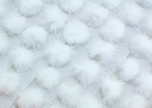 Фото Новинки Помпоны  из  натурального  меха  2,5 - 2,8 см.     Белого  цвета.