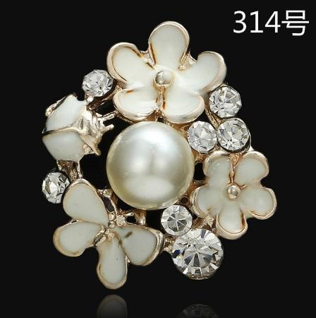 Металическая  серединка   25 мм.  основа  Золотого  цвета    с   Белыми   цветочками  ,  бабочкой  и  белыми  хрустальными  стразами.
