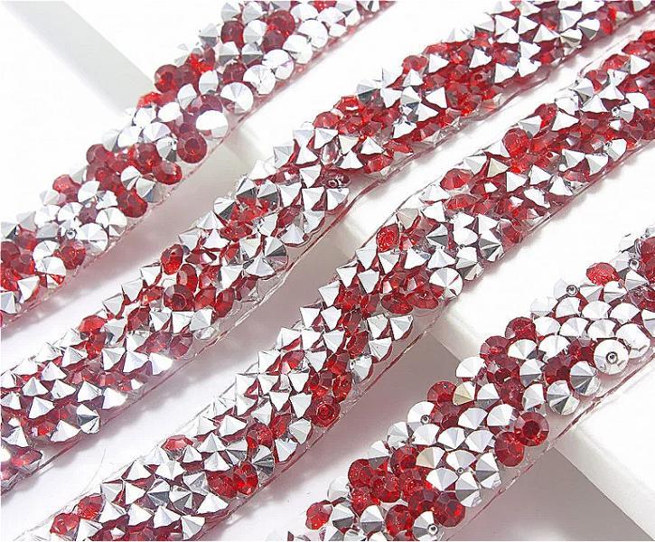 Фото Бусины ,полубусины ,стразы,.цветок.шина, тесьма пластик Термо - полоска ,   длина 40 см. ,  ширина  1 см.   Силиконовая  с  Красными хрустальными  стразами .