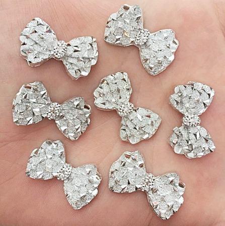 Фото Новинки Кабашон    Бантик  23 * 14,5 мм.  с  серебряной  кристалической  поверхностью.