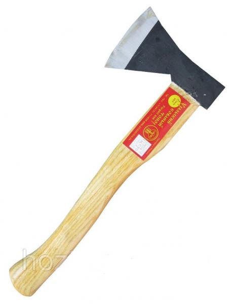 Топор с деревянной ручкой
