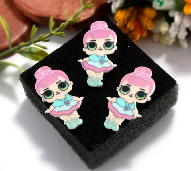 Фото Серединки ,кабашоны, Кабашоны детские мультики Серединка  пластиковая  15 * 30 мм.   куколка  ЛОЛ   в  голубо -  розовом  платье .