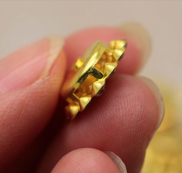 Фото Новинки Серединка  14  мм.  Облегчённый  металический  сплав  .  Основа  золотого  цвета ( пришивная )  с  кристалическими  стразами   Чёрного  и  белого  цвета.