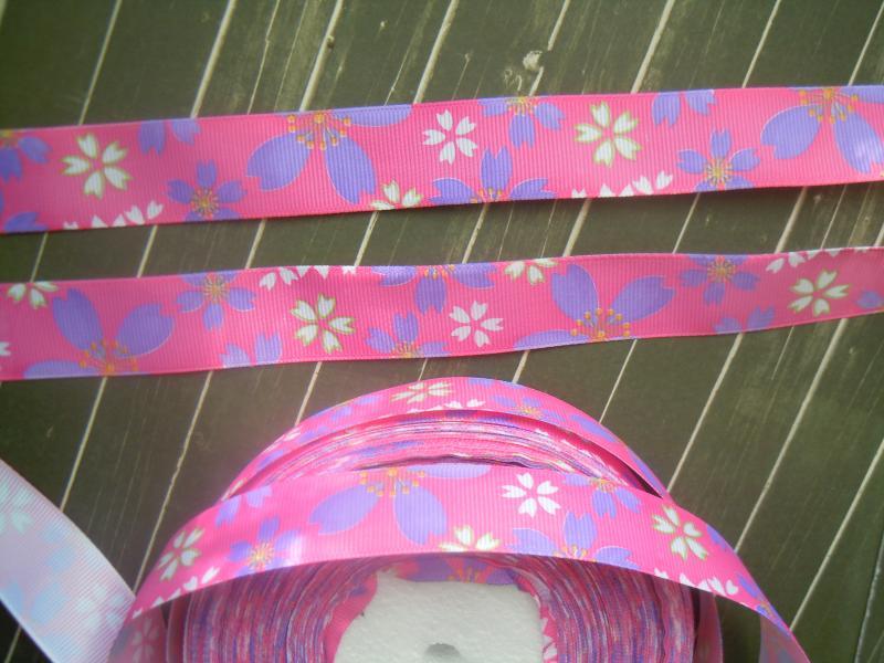 Фото Новинки Репсовая  лента  2,5 см.   Розово - малиновая  с  синими  и  белыми  цветочками .