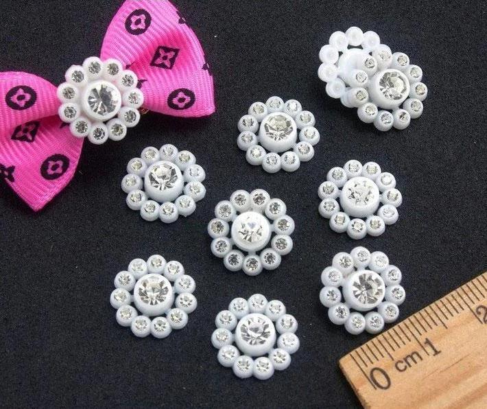 Фото Новинки Пластиковая  серединка  14 мм.  цветок  Белого  цвета  с  кристалическими   стразиками .