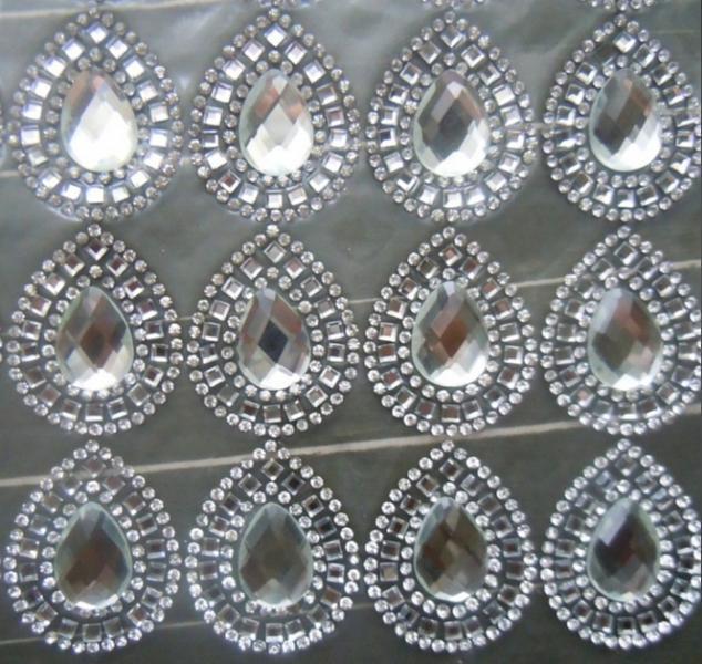 Фото Новинки Термо клеевая  серединка  29 * 35 мм.  с  Белым  камушком  и  хрустальными  и  кристалическими   стразами.