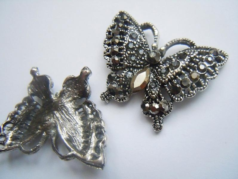 Фото Серединки ,кабашоны, Серединки с жемчугом и стразами Бабочка  26 * 20 мм.  Металическая  серая ,  фигурная  основа  со  стразами .