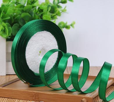 Фото Ленты, Атласная  лента  однотонная и  с  люрексом.  0,6 - 12 мм Лента атласная 10 мм, цвет Зелёный. Бобина 22,75 метра. ( 25 ярдов )