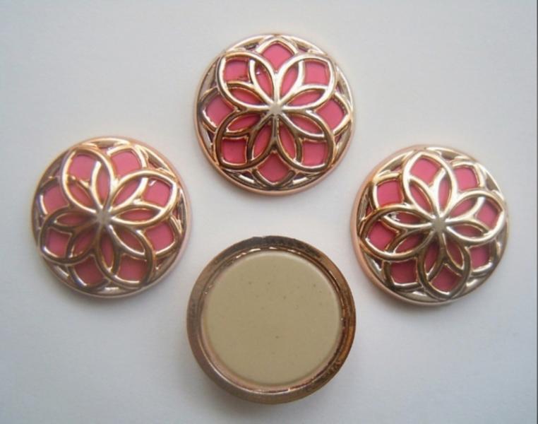 Фото Новинки Кабашон  пластиковый  18 мм .  Золотого  цвета  с  ярко - Розовой  серединкой .