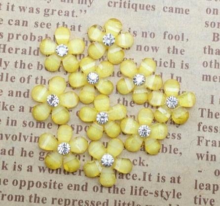 Фото Серединки ,кабашоны, Кабашоны, камеи Кабашон.   Цеток  полимерный  , полированый  9 * 10 мм.  Жёлтого  цвета  с  белой хрустальной  стразинкой 2,3 мм. Упаковка  20 шт.
