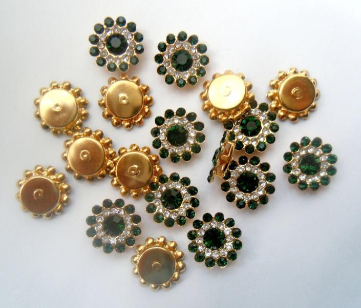 Фото Серединки ,кабашоны, Серединки с жемчугом и стразами Серединка 14 мм. Металическая пришивная основа золотого цвета с  Изумрудными  стразиками.