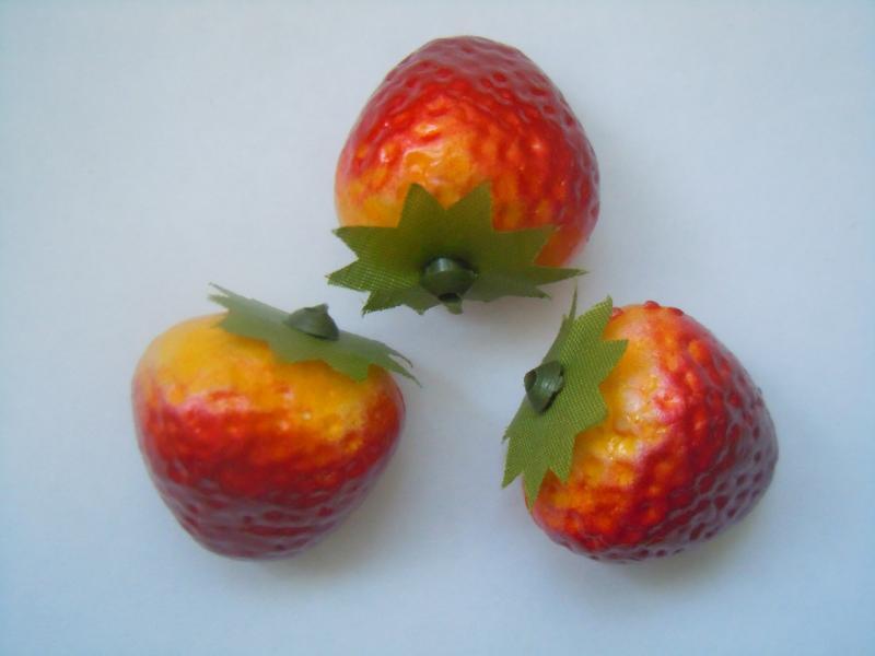 Фото Тычинки , добавки,ягодки Декоративная  Клубничка  2,7 см.  ( Остаток  1  упаковка 8  ягодок. )