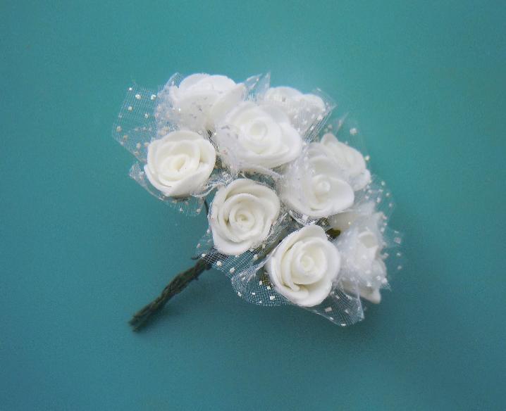 Фото Цветы искусственные, Розочки  латексные  в  ассортименте. Роза  латексная  1.8 * 2 см ,   Белая  с  фатином.   Упаковка  10  розочек
