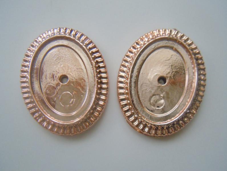 Фото Новинки Пластиковая  основа  25 * 33 мм.  Золотого  цвета  с  резным  узором  по  краям .  ( внутрений  размер 18 * 25 мм.)