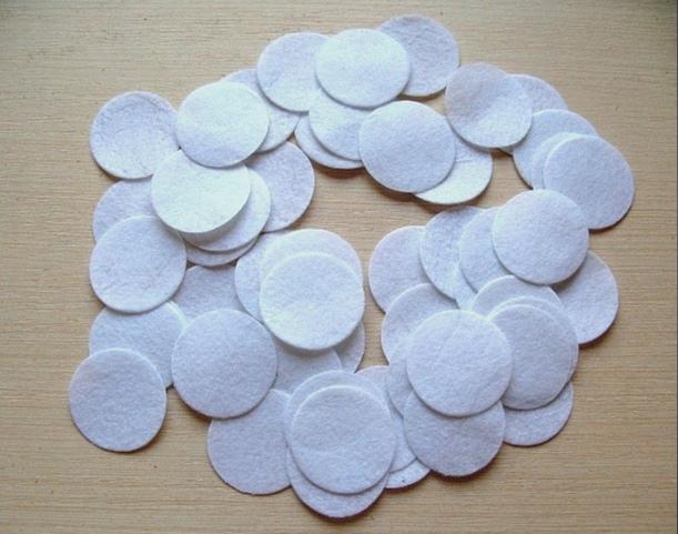 Фото Фетр и фетровые кружочки Кружочки  фетровые   Белого  цвета  3 см. толщина 1 мм.  Упаковка  50 шт.