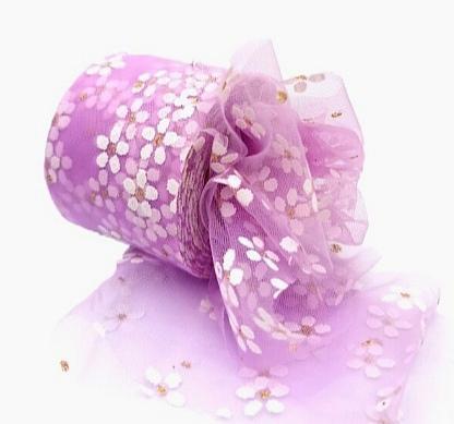 Фото Фатин ,регилин ,лазерная лента Фатин тонкий , мягкий .  Фиалкового  цвета , ширина 6 см.   в  белых  ромашках .