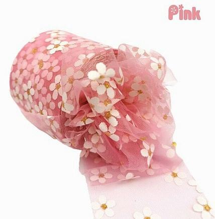 Фото Фатин ,регилин ,лазерная лента Фатин тонкий , мягкий .   Розового  цвета , ширина 6 см.  в  белых  ромашках .