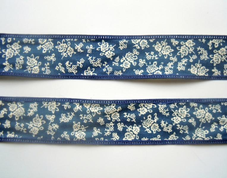 Фото Ленты,  Декоративные  тканевые  ленты . Каттоновая лента 26 мм. Синяя с белым цветочным рисунком .