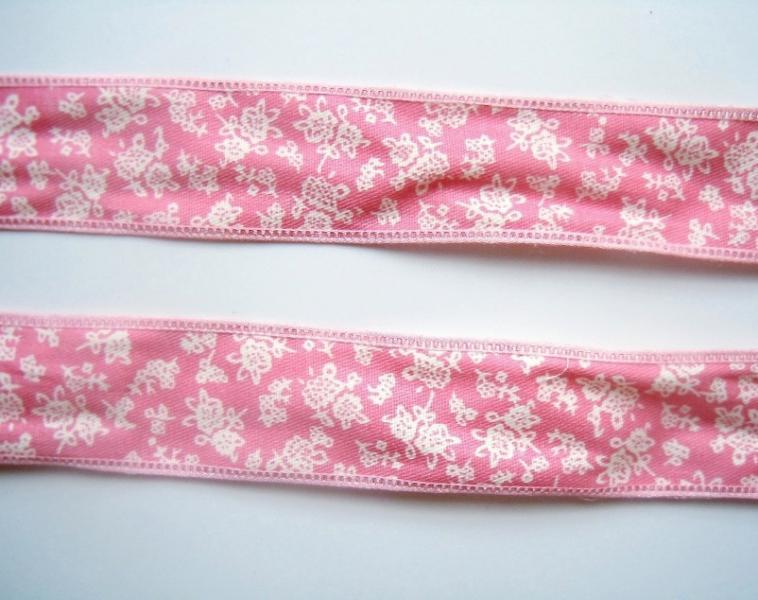 Фото Ленты,  Декоративные  тканевые  ленты . Каттоновая лента 26 мм. Розовая с белым цветочным рисунком .