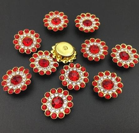 Фото Серединки ,кабашоны, Серединки с жемчугом и стразами Серединка 14 мм. Металическая пришивная основа Золотого цвета с Красными  стразиками.