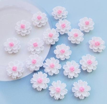 Фото Новинки Цветок 13 мм. Пластиковый , акриловый ,  Белого цвета.