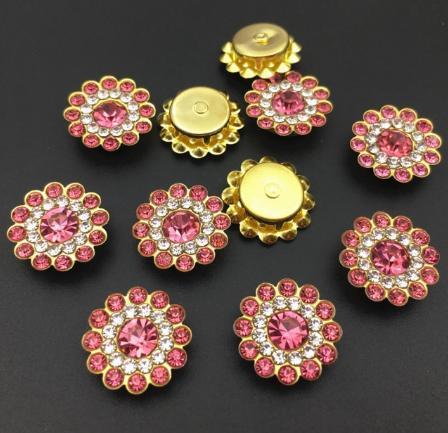 Фото Серединки ,кабашоны, Серединки с жемчугом и стразами Серединка 14 мм. Металическая пришивная основа Золотого цвета с  Розовыми  стразиками.
